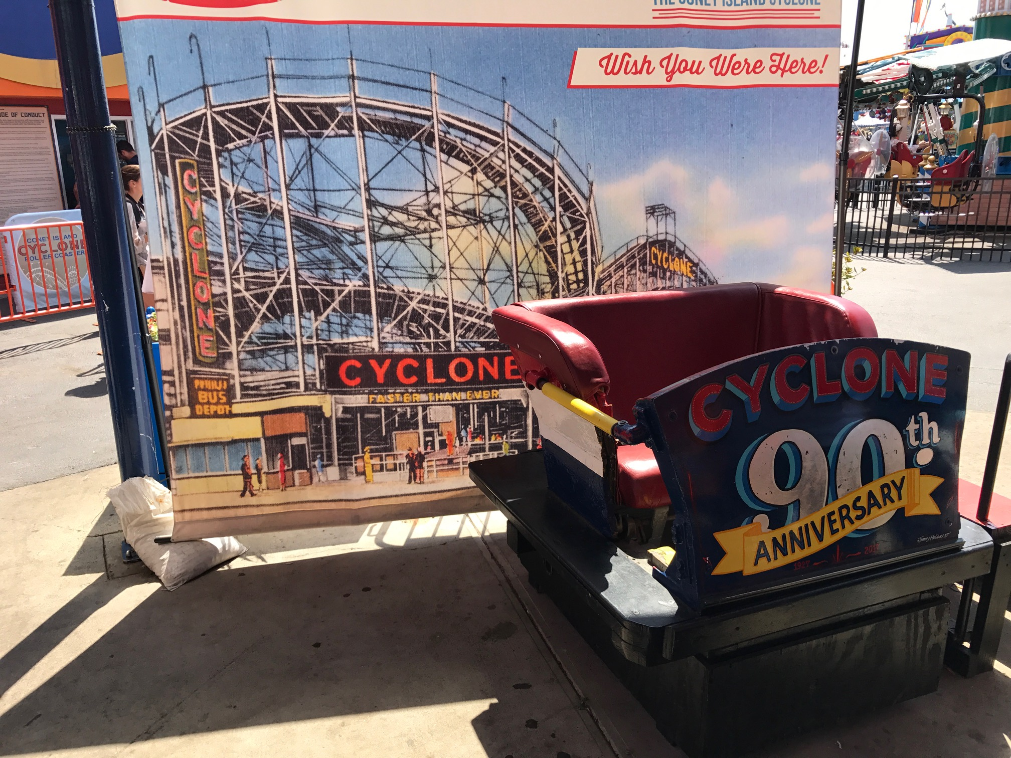 Een bakje van the Cyclone in Luna Park New York